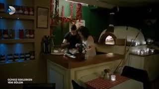 Escena cap.37..parte 3/5/Kerem y Zeynep en una cita romántica en una pizzería.