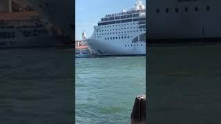 Navio invade porto na Itália