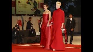 Dakota Johnson y Tilda Swinton: duelo de rojos