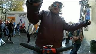 Gnocca con scopa in mano Grullo VR 360° Lucca Comics 2018 video 360 gradi Ironia in Piazza Napoleone